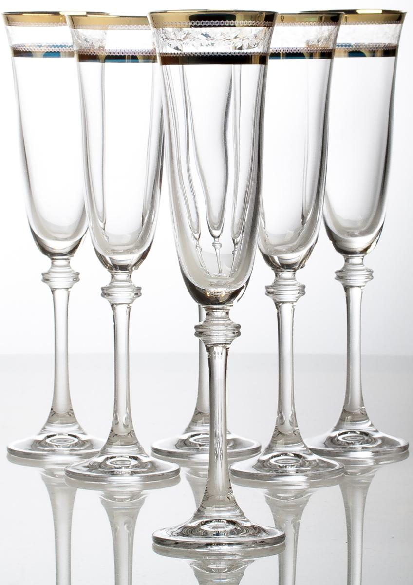 """Набор Crystalite Bohemia """"Александра"""" состоит из шести бокалов, выполненных из прочного  высококачественного прозрачного стекла. Изделия декорированы золотистой каймой и  оригинальной гравировкой. Бокалы предназначены для подачи вина. Они излучают приятный  блеск и издают мелодичный звон. Бокалы сочетают в себе элегантный дизайн и  функциональность. Благодаря такому набору пить напитки будет еще вкуснее. Набор бокалов Crystalite Bohemia прекрасно оформит праздничный стол и создаст приятную  атмосферу за романтическим ужином. Такой набор также станет хорошим подарком к любому  случаю.   Не использовать в посудомоечной машине."""