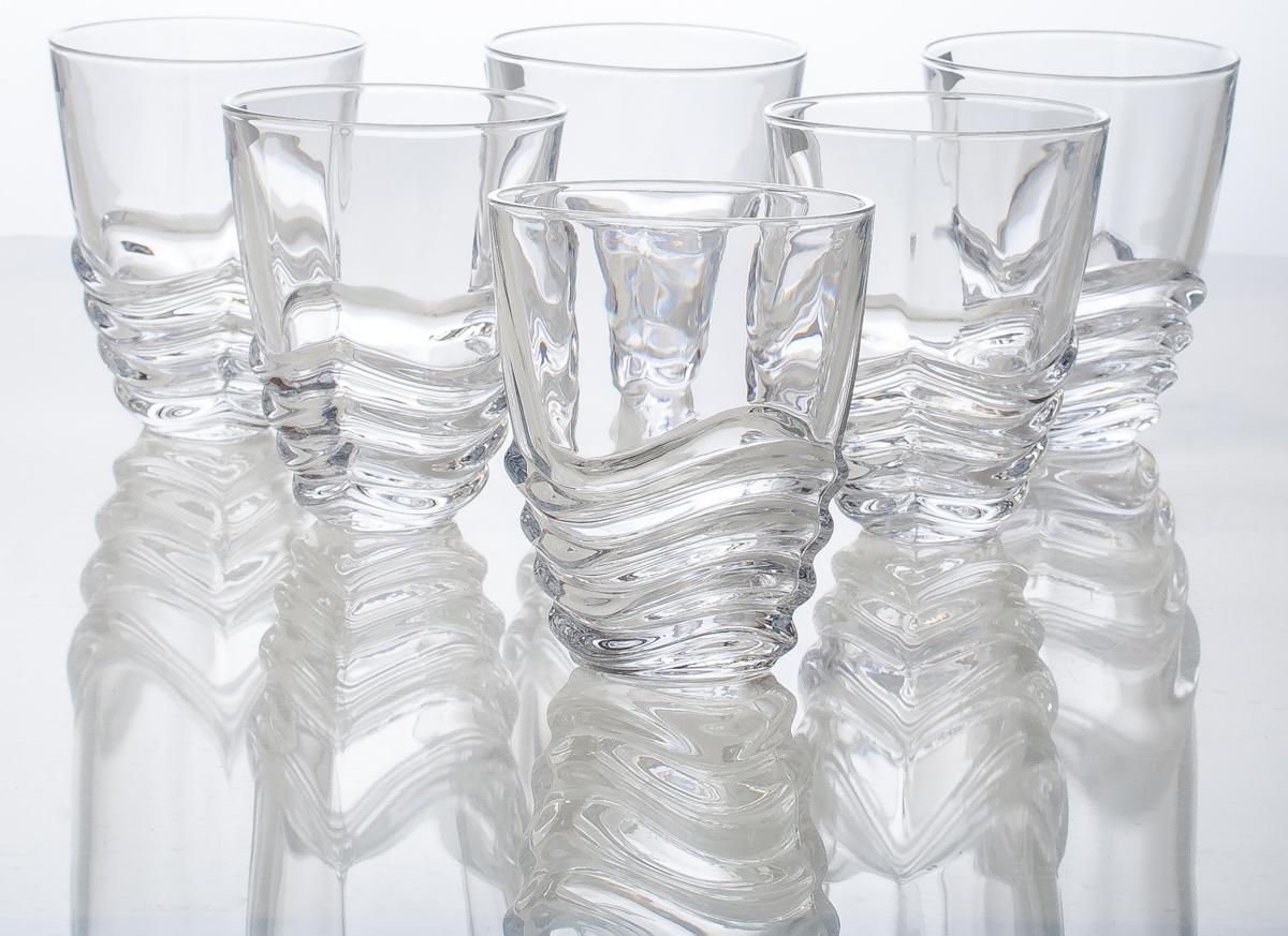 Современная форма, декорация выполненная в виде волны.Бриллиантовый блеск и прозрачность. Пресованное хрустальное стекло с добавлением окиси титана. Дополнительный обжиг края.