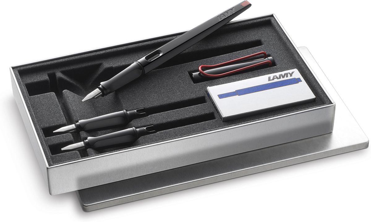 Lamy Joy Комплект ручка перьевая 015 запасные перья картридж цвет корпуса черный красный1615427LAMY joy black, Комплект. Перьевая ручка для каллиграфии и креативного письма. Удлиненный корпус создает идеальный баланс при письме. Плоское перо позволяет добиваться чередования толщины линии и делает почерк выразительным как при повседневном письме, так и при написании писем, поздравлений, приглашений и т.п.Выполнена из прочного блестящего пластика. Эргономичный хват, позволяющий пальцам принять правильное положение при письме. Металлический клип на колпачке напоминает по форме канцелярскую скрепку.Окошко на корпусе позволяет контролировать расход чернил. Стальное плоское заменяемое перо 1,5мм. Перьевая ручка используется с чернильными картриджами LAMY T10 или с конвертером LAMY Z28 для заправки чернилами из флакона LAMY T51 или LAMY T52. Комплектация: Подарочная металлическая коробка, два дополнительных пишущих узла с размерами перьев 1,1 мм и 1,9 мм, упаковка с пятью чернильными картриджами черного цвета LAMY T10, инструкция. Дизайн: Вольфганг Фабиан История бренда LAMY насчитывает более 80-ти лет, а его философия заключается в слогане Дизайн. Сделано в Германии. Компания получила более 100 самых престижных дизайнерских наград. Все пишущие инструменты LAMY производятся на фабрике в Гейдельберге (Германия).