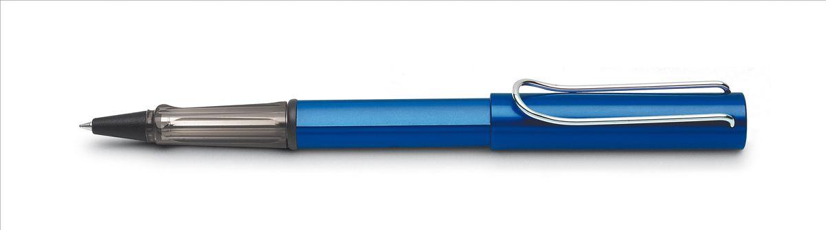 Lamy Al-star Ручка-роллер 328 M63 черная цвет корпуса синий4001136Алюминиевая версия культовой модели LAMY safari под названием LAMY Al-star. Корпус и колпачок из анодированного алюминия. Эргономичный хват, позволяющий пальцам принять правильное положение при письме, изготовлен из прозрачного пластика.Металлический клип на колпачке напоминает по форме канцелярскую скрепку.Чернильный роллер пишет мягко и почти без нажима - подобно перьевой ручке, но прост в обращении, как шариковая, т.к. при письме чернила подаются на бумагу с помощью шарика на конце стержня. Используется со стержнями LAMY М63. Дизайн: Вольфганг Фабиан История бренда LAMY насчитывает более 80-ти лет, а его философия заключается в слогане Дизайн. Сделано в Германии. Компания получила более 100 самых престижных дизайнерских наград. Все пишущие инструменты LAMY производятся на фабрике в Гейдельберге (Германия).