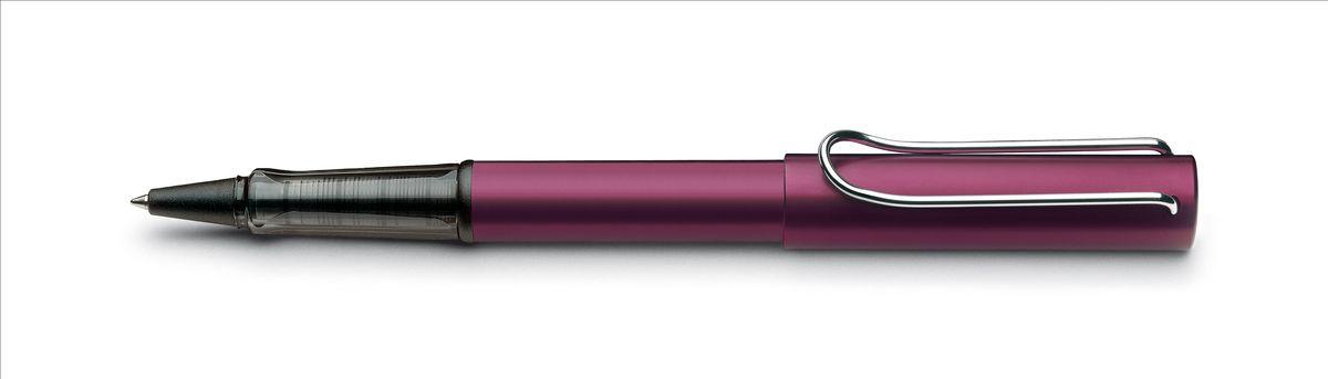 Lamy Al-star Ручка-роллер 329 M63 черная цвет корпуса пурпурный4001139Алюминиевая версия культовой модели LAMY safari под названием LAMY Al-star. Корпус и колпачок из анодированного алюминия. Эргономичный хват, позволяющий пальцам принять правильное положение при письме, изготовлен из прозрачного пластика.Металлический клип на колпачке напоминает по форме канцелярскую скрепку.Чернильный роллер пишет мягко и почти без нажима - подобно перьевой ручке, но прост в обращении, как шариковая, т.к. при письме чернила подаются на бумагу с помощью шарика на конце стержня. Используется со стержнями LAMY М63. Дизайн: Вольфганг Фабиан История бренда LAMY насчитывает более 80-ти лет, а его философия заключается в слогане Дизайн. Сделано в Германии. Компания получила более 100 самых престижных дизайнерских наград. Все пишущие инструменты LAMY производятся на фабрике в Гейдельберге (Германия).