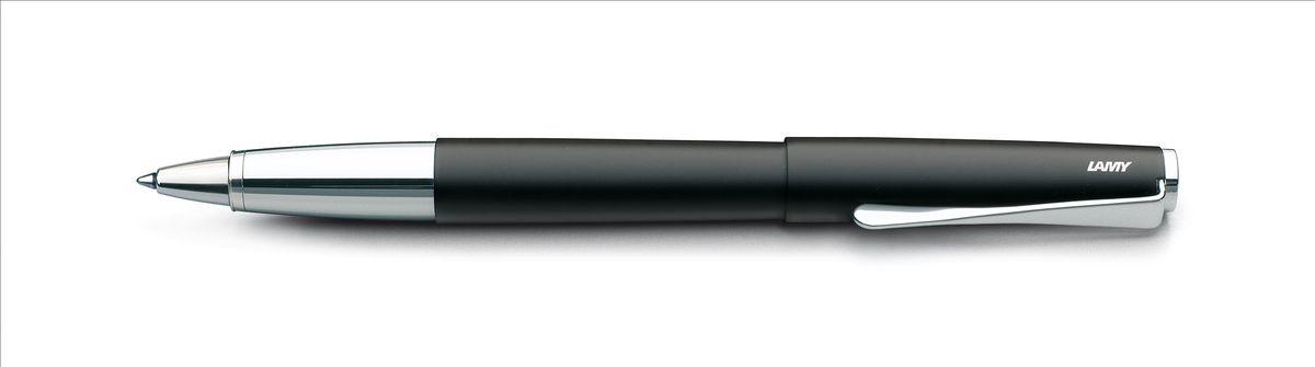 Lamy Studio Ручка-роллер 367 M63 черная цвет корпуса черный4001212Необычный клип в форме лопасти – визитная карточка модельного ряда LAMY studio. Классические линии корпуса в обрамлении хромированных деталей делают эти пишущие инструменты очень гармоничными. Слегка утолщенный корпус удобно лежит в руке.Металлические корпус и колпачок. Покрытие корпуса – матовый черный лак.Чернильный роллер пишет мягко и почти без нажима - подобно перьевой ручке, но прост в обращении, как шариковая, т.к. при письме чернила подаются на бумагу с помощью шарика на конце стержня. Используется со стержнями LAMY М63.Комплектация: подарочный футляр, гарантийная карточка, буклет.Дизайн: Ханнес ВеттштайнИстория бренда LAMY насчитывает более 80-ти лет, а его философия заключается в слогане Дизайн. Сделано в Германии. Компания получила более 100 самых престижных дизайнерских наград. Все пишущие инструменты LAMY производятся на фабрике в Гейдельберге (Германия).