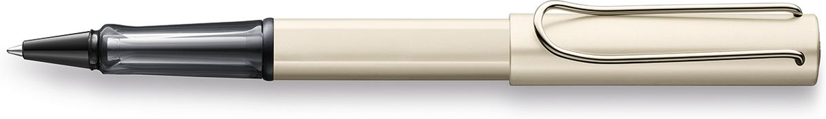 Lamy Lux Ручка-роллер 358 M63 черная цвет корпуса палладий4031636Люксовая версия культовой модели LAMY safari под названием LAMY Lx (Лами Люкс). Заглушки на корпусе и колпачке, а также клип покрыты ценным палладием. Корпус и колпачок из анодированного алюминия. Эргономичный хват, позволяющий пальцам принять правильное положение при письме, изготовлен из полупрозрачного пластика.Металлический клип на колпачке напоминает по форме канцелярскую скрепку.Лазерная гравировка. Чернильный роллер пишет мягко и почти без нажима - подобно перьевой ручке, но прост в обращении, как шариковая, т.к. при письме чернила подаются на бумагу с помощью шарика на конце стержня. Используется со стержнями LAMY М63. Комплектация: Подарочный футляр-тубус из анодированного алюминия в цвет ручки. Дизайн: Вольфганг Фабиан История бренда LAMY насчитывает более 80-ти лет, а его философия заключается в слогане Дизайн. Сделано в Германии. Компания получила более 100 самых престижных дизайнерских наград. Все пишущие инструменты LAMY производятся на фабрике в Гейдельберге (Германия).