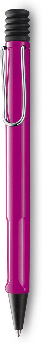 Lamy Ручка шариковая Safari цвет корпуса розовый синяя4000866Самая популярная линейка бренда Lamy. Корпус этой шариковой ручки выполнен из прочного ABS пластика. Эргономичный хват позволяет пальцам принять правильное положение при письме. Металлический клип на корпусе напоминает по форме канцелярскую скрепку. Пишущий узел активируется с помощью характерной кнопки-гармошки. Используется со стержнем большого объема Lamy М16. Поставляется в подарочной коробке.Дизайн: Вольфганг Фабиан История бренда Lamy насчитывает более 80-ти лет, а его философия заключается в слогане Дизайн. Сделано в Германии. Компания получила более 100 самых престижных дизайнерских наград. Все пишущие инструменты Lamy производятся на фабрике в Гейдельберге (Германия).