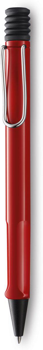 Lamy Ручка шариковая Safari цвет корпуса красный синяя4000884Самая популярная линейка бренда Lamy. Корпус этой шариковой ручки выполнен из прочного ABS пластика. Эргономичный хват позволяет пальцам принять правильное положение при письме. Металлический клип на корпусе напоминает по форме канцелярскую скрепку. Пишущий узел активируется с помощью характерной кнопки-гармошки. Используется со стержнем большого объема Lamy М16. Поставляется в подарочной коробке.Дизайн: Вольфганг Фабиан История бренда Lamy насчитывает более 80-ти лет, а его философия заключается в слогане Дизайн. Сделано в Германии. Компания получила более 100 самых престижных дизайнерских наград. Все пишущие инструменты Lamy производятся на фабрике в Гейдельберге (Германия).