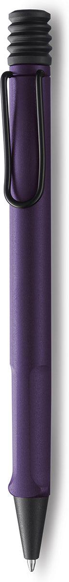 Lamy Ручка шариковая Safari цвет корпуса фиолетовый синяя4030445Самая популярная линейка бренда Lamy. Корпус этой шариковой ручки выполнен из прочного ABS пластика. Эргономичный хват позволяет пальцам принять правильное положение при письме. Металлический клип на корпусе напоминает по форме канцелярскую скрепку. Пишущий узел активируется с помощью характерной кнопки-гармошки. Используется со стержнем большого объема Lamy М16. Поставляется в подарочной коробке.Дизайн: Вольфганг Фабиан История бренда Lamy насчитывает более 80-ти лет, а его философия заключается в слогане Дизайн. Сделано в Германии. Компания получила более 100 самых престижных дизайнерских наград. Все пишущие инструменты Lamy производятся на фабрике в Гейдельберге (Германия).