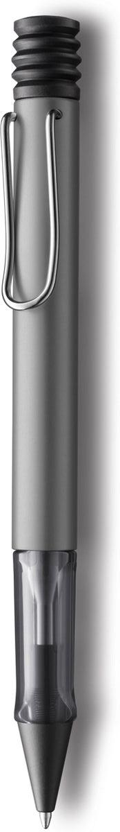 Lamy Ручка шариковая Al-star цвет корпуса серый металлик черная4000914Алюминиевая версия культовой модели Lamy safari под названием Lamy Al-star.Корпус этой шариковой ручки изготовлен из анодированного алюминия. Эргономичный хват позволяет пальцам принять правильное положение при письме. Секция хвата изготовлена из прозрачного пластика. Металлический клип на корпусе напоминает по форме канцелярскую скрепку. Пишущий узел активируется с помощью характерной кнопки-гармошки.Используется со стержнем большого объема Lamy М16.Поставляется в подарочной коробке. Дизайн: Вольфганг ФабианИстория бренда Lamy насчитывает более 80-ти лет, а его философия заключается в слогане Дизайн. Сделано в Германии. Компания получила более 100 самых престижных дизайнерских наград. Все пишущие инструменты Lamy производятся на фабрике в Гейдельберге (Германия).