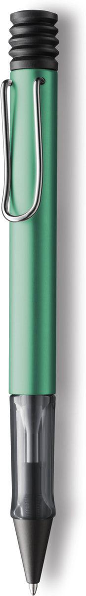 Lamy Ручка шариковая Al-star цвет корпуса синий зеленый черная4026063Алюминиевая версия культовой модели Lamy safari под названием Lamy Al-star. Корпус этой шариковой ручки изготовлен из анодированного алюминия. Эргономичный хват позволяет пальцам принять правильное положение при письме. Секция хвата изготовлена из прозрачного пластика. Металлический клип на корпусе напоминает по форме канцелярскую скрепку. Пишущий узел активируется с помощью характерной кнопки-гармошки. Используется со стержнем большого объема Lamy М16. Поставляется в подарочной коробке.Дизайн: Вольфганг Фабиан История бренда Lamy насчитывает более 80-ти лет, а его философия заключается в слогане Дизайн. Сделано в Германии. Компания получила более 100 самых престижных дизайнерских наград. Все пишущие инструменты Lamy производятся на фабрике в Гейдельберге (Германия).