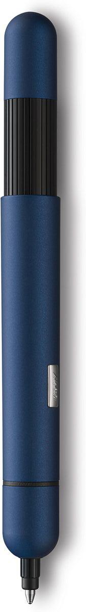 Lamy Ручка шариковая Pico цвет корпуса синий черная4001038Шариковая ручка карманного формата, трансформирующаяся в полноразмерный пишущий инструмент. Создана знаменитым швейцарским промышленным дизайнером Франко Кливио. Очень простой в использовании нажимной механизм активирует пишущий узел и превращает мини-ручку в полноразмерную. Немного выступающий из корпуса логотип Lamy не дает гладкой ручке скатиться с наклонной поверхности. Ручку удобно носить в кармане брюк или в маленькой сумочке – мини-формат и скругленные формы это позволяют. Активированная до полного размера, ручка дает возможность насладиться комфортным письмом. Металлический корпус Используется со стержнем Lamy M22 Поставляется в подарочной коробке. Дизайн: Франко КливиоИстория бренда Lamy насчитывает более 80-ти лет, а его философия заключается в слогане Дизайн. Сделано в Германии. Компания получила более 100 самых престижных дизайнерских наград. Все пишущие инструменты Lamy производятся на фабрике в Гейдельберге (Германия).