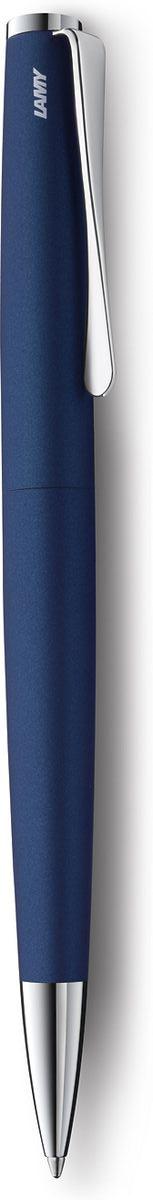 Lamy Ручка шариковая Studio цвет корпуса синий черная4000963Необычный клип в форме лопасти – визитная карточка модельного ряда Lamy studio. Классические линии корпуса в обрамлении хромированных деталей делают эти пишущие инструменты очень гармоничными. Слегка утолщенный корпус удобно лежит в руке. Металлические корпус. Покрытие – матовый синий лак. Поворотный механизм активации. Шариковая ручка используется со стержнями большого объема Lamy М16. Комплектация: подарочный футляр, гарантийная карточка, буклет. Дизайн: Ханнес Веттштайн История бренда Lamy насчитывает более 80-ти лет, а его философия заключается в слогане Дизайн. Сделано в Германии. Компания получила более 100 самых престижных дизайнерских наград. Все пишущие инструменты Lamy производятся на фабрике в Гейдельберге (Германия).