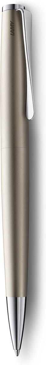 Lamy Ручка шариковая Studio цвет корпуса золотистый черная4026543Необычный клип в форме лопасти – визитная карточка модельного ряда Lamy studio. Классические линии корпуса в обрамлении хромированных деталей делают эти пишущие инструменты очень гармоничными. Слегка утолщенный корпус удобно лежит в руке. Металлические корпус. Покрытие – ценный палладий, который не тускнеет со временем. Поворотный механизм активации. шариковая ручка используется со стержнями большого объема Lamy М16. Комплектация: подарочный футляр, гарантийная карточка, буклет. Дизайн: Ханнес Веттштайн История бренда Lamy насчитывает более 80-ти лет, а его философия заключается в слогане Дизайн. Сделано в Германии. Компания получила более 100 самых престижных дизайнерских наград. Все пишущие инструменты Lamy производятся на фабрике в Гейдельберге (Германия).