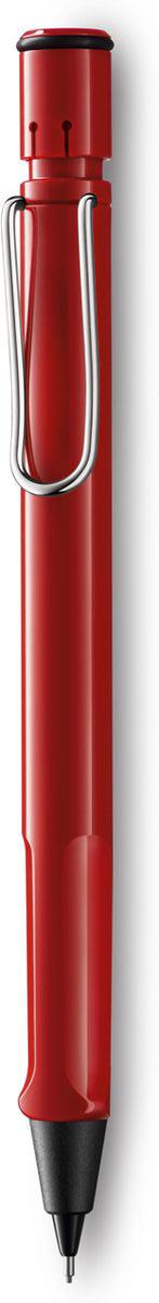 Lamy Карандаш механический Safari цвет красный4000741Самая популярная линейка бренда Lamy. Корпус этого автоматического карандаша выполнен из прочного ABS пластика. Эргономичный хват позволяет пальцам принять правильное положение при письме. Металлический клип на корпусе напоминает по форме канцелярскую скрепку. Пишущий узел активируется с помощью кнопки. Под крышкой кнопки находятся ластик и игла для чистки канала грифеля. Грифельный канал утапливается. Используется с грифелями Lamy M41 (0,5 мм) и ластиком c чистящей иглой Lamy Z18. Поставляется в подарочной коробке.Дизайн: Вольфганг Фабиан История бренда Lamy насчитывает более 80-ти лет, а его философия заключается в слогане Дизайн. Сделано в Германии. Компания получила более 100 самых престижных дизайнерских наград. Все пишущие инструменты Lamy производятся на фабрике в Гейдельберге (Германия).