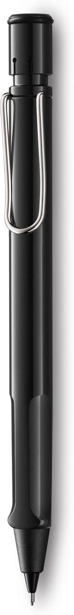 Lamy Карандаш механический Safari цвет черный4000749Самая популярная линейка бренда Lamy. Корпус этого автоматического карандаша выполнен из прочного ABS пластика. Эргономичный хват позволяет пальцам принять правильное положение при письме. Металлический клип на корпусе напоминает по форме канцелярскую скрепку. Пишущий узел активируется с помощью кнопки. Под крышкой кнопки находятся ластик и игла для чистки канала грифеля. Грифельный канал утапливается. Используется с грифелями Lamy M41 (0,5 мм) и ластиком c чистящей иглой Lamy Z18. Поставляется в подарочной коробке.Дизайн: Вольфганг Фабиан История бренда Lamy насчитывает более 80-ти лет, а его философия заключается в слогане Дизайн. Сделано в Германии. Компания получила более 100 самых престижных дизайнерских наград. Все пишущие инструменты Lamy производятся на фабрике в Гейдельберге (Германия).