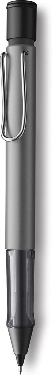 Lamy Карандаш механический Al-star цвет серый металлик4029625Алюминиевая версия культовой модели Lamy safari под названием Lamy Al-star. Корпус этого автоматического карандаша изготовлен из анодированного алюминия. Эргономичный хват позволяет пальцам принять правильное положение при письме. Секция хвата изготовлена из прозрачного пластика. Металлический клип на корпусе напоминает по форме канцелярскую скрепку. Пишущий узел активируется с помощью кнопки. Под крышкой кнопки находятся ластик и игла для чистки канала грифеля. Грифельный канал утапливается. Используется с грифелями Lamy M41 (0,5 мм) и ластиком c чистящей иглой Lamy Z18. Поставляется в подарочной коробке.Дизайн: Вольфганг Фабиан История бренда Lamy насчитывает более 80-ти лет, а его философия заключается в слогане Дизайн. Сделано в Германии. Компания получила более 100 самых престижных дизайнерских наград. Все пишущие инструменты Lamy производятся на фабрике в Гейдельберге (Германия).