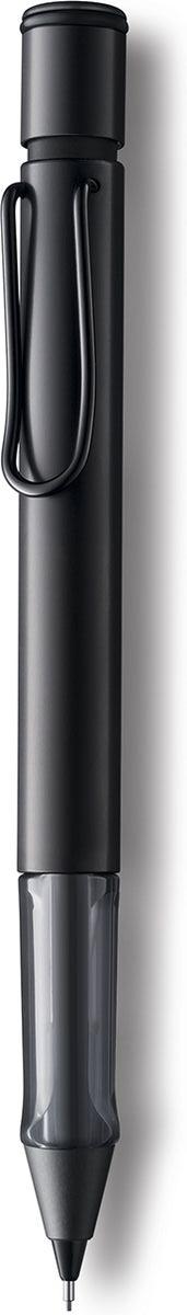 Lamy Карандаш механический Al-star цвет черный4029627Алюминиевая версия культовой модели Lamy safari под названием Lamy Al-star. Корпус этого автоматического карандаша изготовлен из анодированного алюминия. Эргономичный хват позволяет пальцам принять правильное положение при письме. Секция хвата изготовлена из прозрачного пластика. Металлический клип на корпусе напоминает по форме канцелярскую скрепку. Пишущий узел активируется с помощью кнопки. Под крышкой кнопки находятся ластик и игла для чистки канала грифеля. Грифельный канал утапливается. Используется с грифелями Lamy M41 (0,5 мм) и ластиком c чистящей иглой Lamy Z18. Поставляется в подарочной коробке.Дизайн: Вольфганг Фабиан История бренда Lamy насчитывает более 80-ти лет, а его философия заключается в слогане Дизайн. Сделано в Германии. Компания получила более 100 самых престижных дизайнерских наград. Все пишущие инструменты Lamy производятся на фабрике в Гейдельберге (Германия).