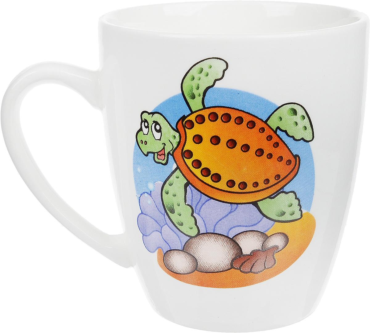 Кубаньфарфор Кружка детская Морской мир Черепаха 260 мл 14008001400800_черепахаФаянсовая детская кружка Кубаньфарфор Морской мир: Черепаха с забавным рисунком понравится каждому малышу. Изделие из качественного материала станет правильным выбором для повседневной эксплуатации и поможет превратить каждый прием пищи в радостное приключение.Кружка легко моется, не впитывает запахи, а рисунок имеет насыщенный цвет. Благодаря безопасному материалу, кружка подойдет для любых напитков. Объем кружки - 220 мл. Кружа дополнена удобной ручкой, а ее небольшие размеры и вес позволят малышу без труда держать кружку самостоятельно.Оригинальная детская кружка непременно порадует ребенка и станет отличным подарком для маленького мореплавателя. Кружку можно использовать в СВЧ-печах и мыть в посудомоечных машинах.