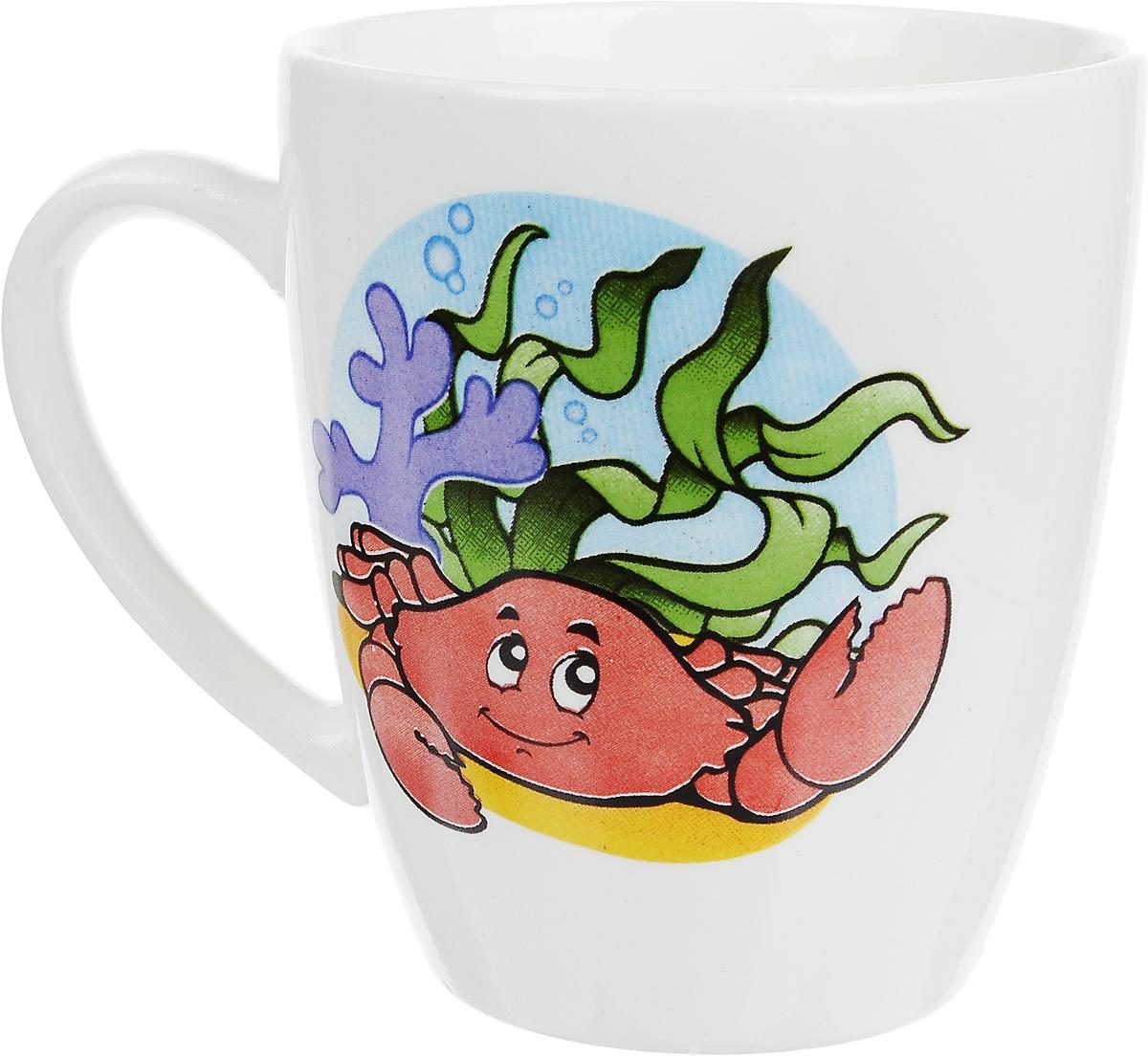 """Фаянсовая детская кружка Кубаньфарфор """"Морской мир: Краб"""" с забавным рисунком понравится каждому  малышу. Изделие из  качественного материала станет правильным выбором для повседневной эксплуатации и поможет превратить каждый  прием пищи в радостное  приключение.Кружка легко моется, не впитывает запахи, а рисунок имеет насыщенный цвет. Благодаря  безопасному материалу, кружка  подойдет для любых напитков. Объем кружки - 260 мл. Кружа дополнена удобной ручкой, а ее небольшие размеры и  вес позволят малышу без труда держать кружку самостоятельно.  Оригинальная детская кружка непременно порадует ребенка и станет отличным подарком для маленького  мореплавателя. Кружку можно использовать в СВЧ-печах и мыть в посудомоечных машинах."""