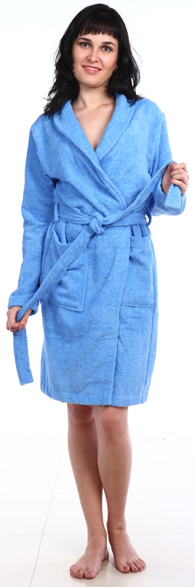 Халат женский Amo La Vita, цвет: голубой. ХМХ0104. Размер 48ХМХ0104Женский халат на запах Amo La Vita выполнен из высококачественной махровой ткани (100% хлопок), которая со временем становится еще более мягкой и не теряет своей яркости после многочисленных стирок. Модель имеет длину миди, 2 накладных кармана и пояс. Amo La Vita в переводе с итальянского означает я люблю жизнь. Чтобы эти слова стали для вас еще более актуальными, порадуйте себя мягким и уютным махровым халатом бренда Amo La Vita! Каждое изделие подарит вам непревзойденный комфорт и станет незаменимым предметом домашнего гардероба.