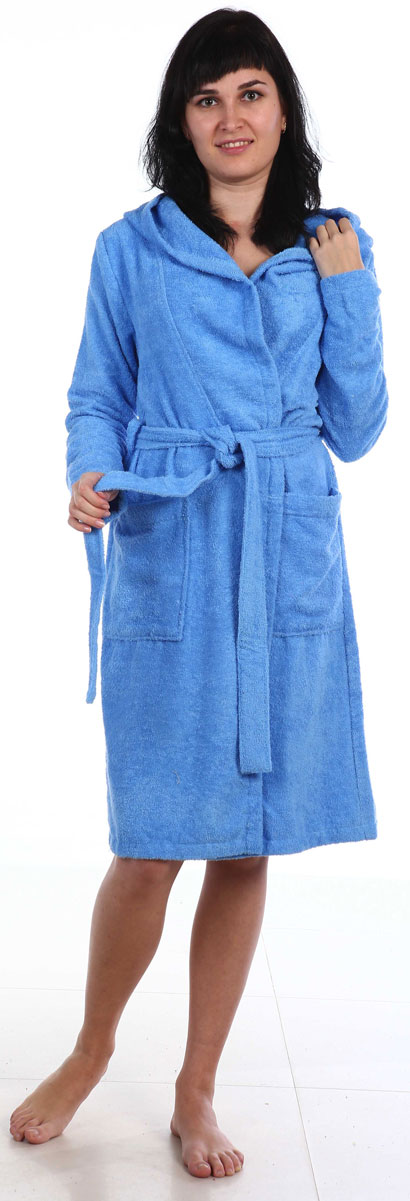 Халат женский Amo La Vita, цвет: голубой. ХМХ0204. Размер 50ХМХ0204Женский халат Amo La Vita выполнен из высококачественной махровой ткани (100% хлопок), которая со временем становится еще более мягкой и не теряет своей яркости после многочисленных стирок. Модель имеет длину миди, 2 накладных кармана, капюшон и пояс. Amo La Vita в переводе с итальянского означает я люблю жизнь. Чтобы эти слова стали для вас еще более актуальными, порадуйте себя мягким и уютным махровым халатом бренда Amo La Vita! Каждое изделие подарит вам непревзойденный комфорт и станет незаменимым предметом домашнего гардероба.