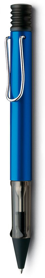 Lamy Ручка шариковая Al-star черная цвет корпуса синий4000917Алюминиевая версия культовой модели Lamy Safari под названием Lamy Al-Star. Корпус этой шариковой ручки изготовлен из анодированного алюминия. Эргономичный хват позволяет пальцам принять правильное положение при письме. Секция хвата изготовлена из прозрачного пластика. Металлический клип на корпусе напоминает по форме канцелярскую скрепку. Пишущий узел активируется с помощью характерной кнопки-гармошки. Используется со стержнем большого объема Lamy М16.Поставляется в подарочной коробке. Дизайн: Вольфганг Фабиан. История бренда Lamy насчитывает более 80-ти лет, а его философия заключается в слогане Дизайн. Сделано в Германии. Компания получила более 100 самых престижных дизайнерских наград. Все пишущие инструменты Lamy производятся на фабрике в Гейдельберге (Германия).