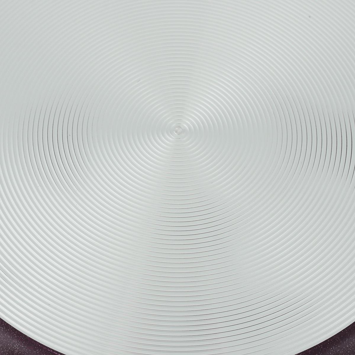 """Сковорода Калитва """"Кружево"""" изготовлена из алюминия с антипригарным  покрытием. Благодаря  такому  покрытию, пища не пригорает и не прилипает к стенкам. Материал не содержит  вредных добавок.  Готовить можно с минимальным количеством масла и жиров. Гладкая  поверхность обеспечивает  легкость ухода за посудой. Изделие оснащено удобной съемной ручкой из  пластика, которая не  нагревается.  Сковорода подходит для использования на газовых, электрических и  стеклокерамических плитах,  а также в духовке. Можно мыть в посудомоечной машине. Диаметр сковороды (по верхнему краю): 22 см. Высота стенки: 5 см. Длина ручки: 18 см."""