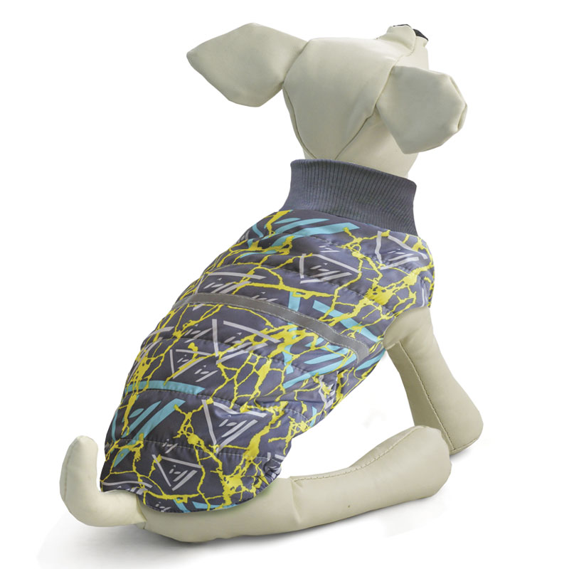 Жилет для собак Gamma, двухсторонний, унисекс, цвет: серый. Размер S12262013Стильная двухсторонняя жилетка с оригинальным принтом изготовлена из современной курточной ткани дюспо 240 PU, которая эффективно отталкивает влагу, не пропускает ветер, не боится сильных морозов и ярких солнечных лучей. Жилетка имеет мягкий эластичный воротник из трикотажа, специальную молнию с одним бегунком, застегивающуюся на обе стороны, светоотражающий элемент, а также петлю для поводка на холке и специальные вставки из резинок, что позволяет изделию плотно сидеть на собаке.