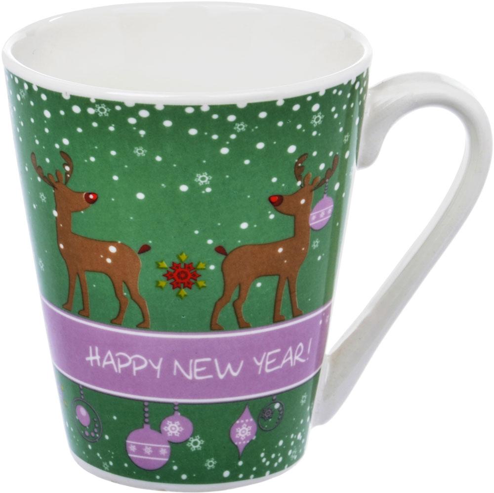 Кружка HomeStar Новогодний микс. Олень, цвет: зеленый, 300 млLJHS012Фарфоровая кружка Home Star с новогодним декором. Современный декор в европейском стиле ориентирован на молодежную и средневозрастную аудиторию. Белый фарфор, яркие цветные детали, удобная ручка, устойчивое основание.Все фарфоровые кружки Home Star можно использовать в СВЧ и мыть в ПММ.