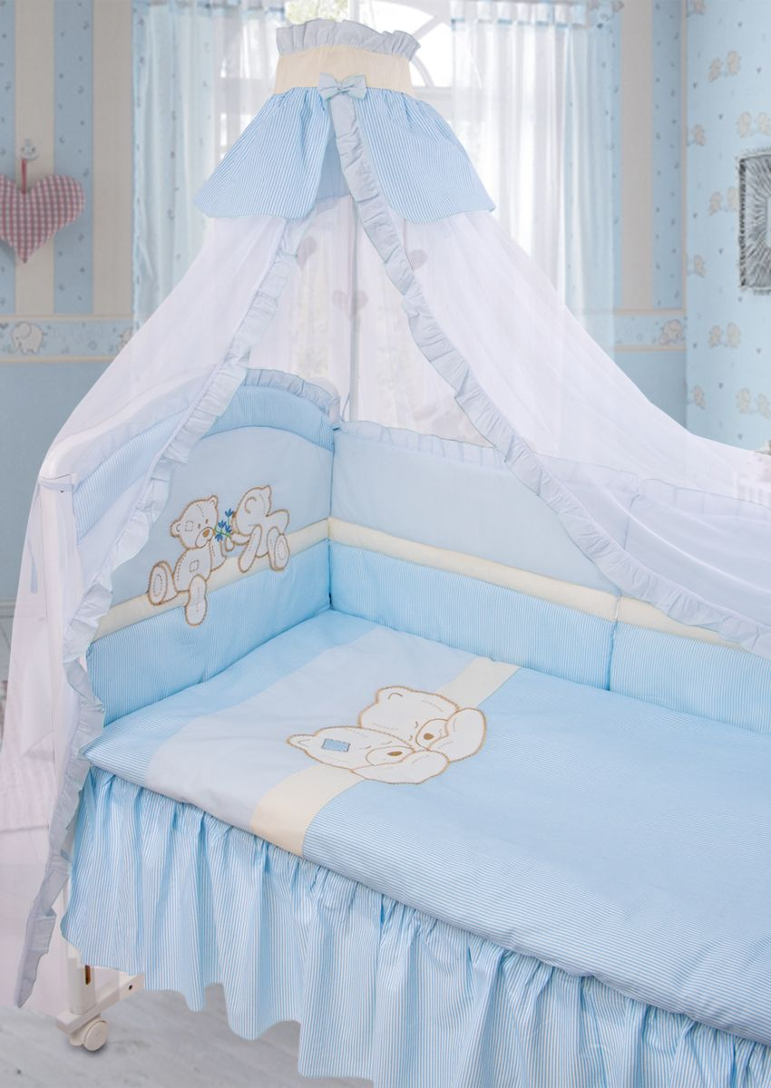 Красивый комплект из 8 предметов для детской кроватки выполнен из хлопка (бязи) с аппликацией и вышивкой. В комплекте балдахин-сетка с оборкой и бантиком, стеганное одеяло, пододеяльник с аппликацией и вышивкой на внешней стороне, подушка, наволочка, бампер из 6 частей с завязками с отстрочкой, которая придает дополнительный объем и поддерживает форму бортиков, простыня на резинке, подматрасник-юбка. Бампер декорирован оборкой-рюшей с вышивкой и аппликацией на изголовье.Рекомендован на кровать размером 120х60 см.