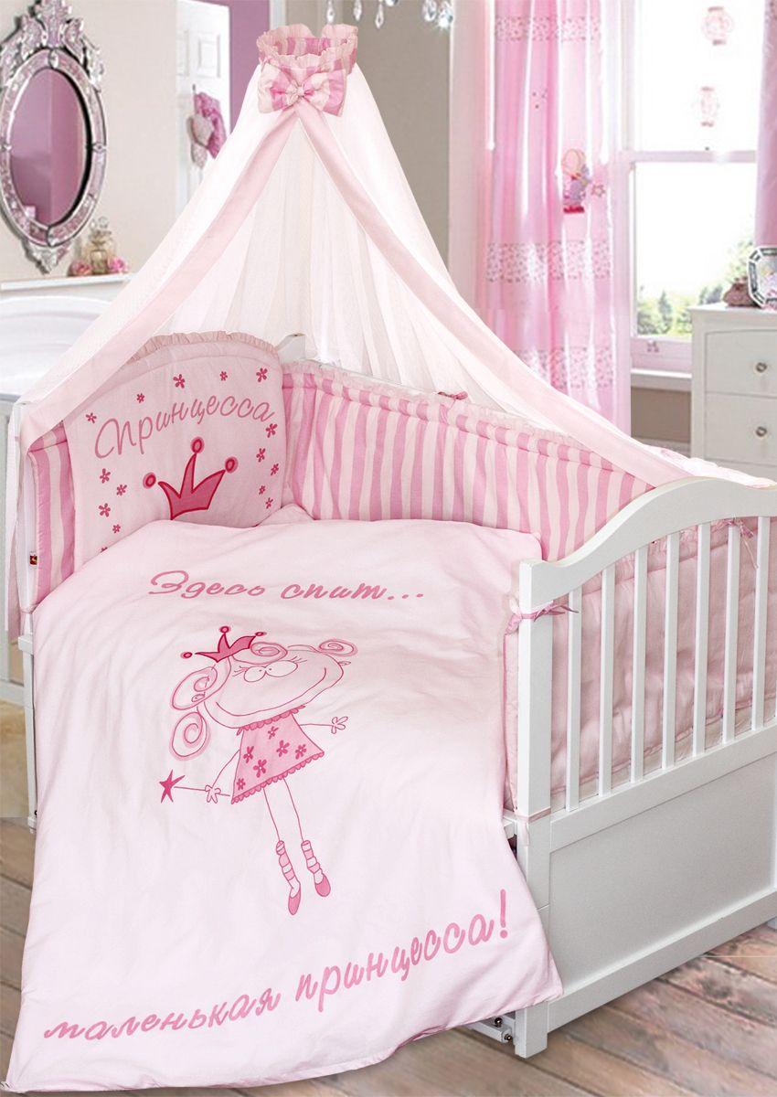 Золотой Гусь Комплект белья в кроватку Растем весело цвет розовый 7 предметов 60 x 120 см118Комплект из 7 предметов для детской кроватки выполнен из хлопка (бязь). Подойдя к кроватке, застеленной розовым комплектом Растём весело, сразу становится ясно, кто в ней спит – маленькая принцесса!В комплект набора входит:- одеяло стеганое 108 x 140 см;- пододеяльник 110 x 145 см с печатным рисунком на внешней стороне;- подушка 40 x 60 см;- наволочка 40 x 60 см;- простыня на резинке 110 x 150 см;- бампер раздельный (чехлы несъёмные) - 360 x 45 см. Состоит из 4 частей с завязками, декорирован рисунком, рюшей и отстрочкой, которая придает дополнительный объем и поддерживает форму бортиков;- балдахин-сетка с бантом 160 x 450 см. Особенности: • мешающий свет, сквозняки, ушибы - хотите оградить малыша от всего этого? Тогда бампер, входящий в голубой комплект Растём Весело вам очень пригодится. На элементе у изголовья нарисовано смешное мальчиковое личико, есть надпись «Ангел». Боковые детали бортика сшиты из ткани в полоску;• простыня с вшитой резинкой, натянуть её на матрас не составит особого труда;• тёпленькое одеяльце согреет вашего малыша холодными ночами, благодаря холлофану. Этот же наполнитель использовался для бортика и подушки. Стирайте предметы с холлофаном столько, сколько понадобится: он не сбивается комом в машинке и сохнет за пару часов;• постельное бельё можно стирать и гладить при любой температуре - оно не линяет, сохраняет первоначальный размер;• большой балдахин с голубым кантом по краю станет дополнительной защитой от насекомых;• комплект состоит из 7 предметов и имеет сертификаты качества. Рекомендован на кровать 120 х 60 см.
