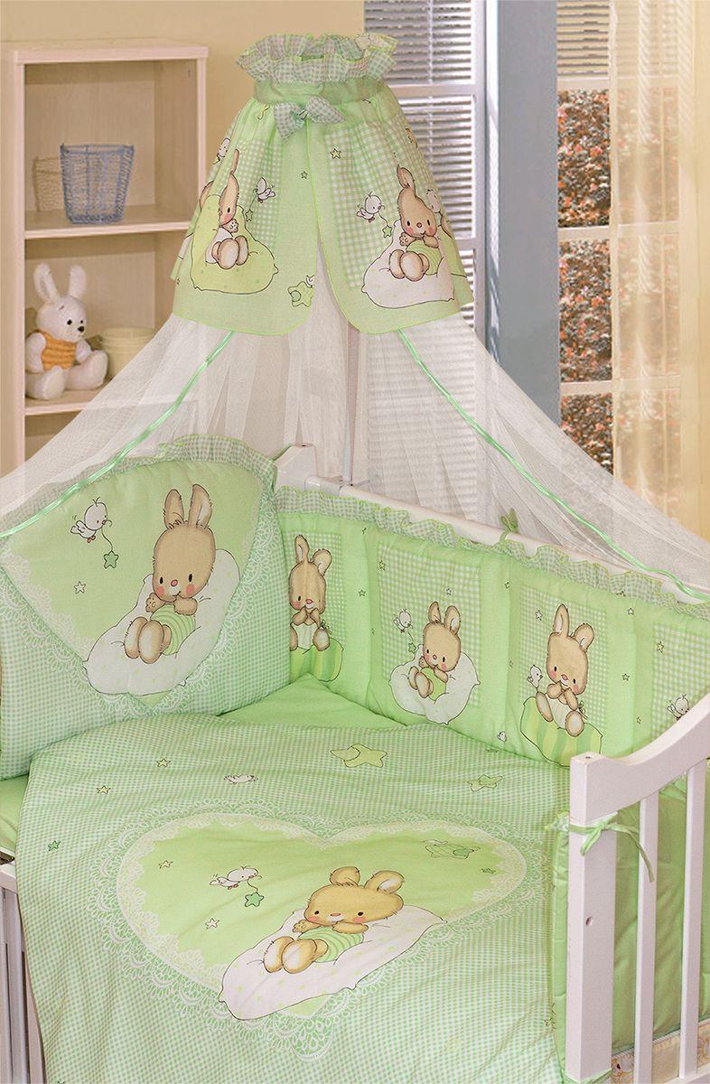 Красивый комплект из 7 предметов для детской кроватки. Выполнен из хлопка (бязь) и декорирован печатным рисунком милого зайчика, который поднимет настроение и украсит любую кроватку.   В комплекте:  - Балдахин-сетка с оборкой и бантиком;  - Одеяло стеганное;  - Пододеяльник с печатным рисунком и аппликацией на внешней стороне;  - Подушка;  - Наволочка;  - Бампер из 4 частей с завязками и отстрочкой, которая придает дополнительный объем и поддерживает форму бортиков и печатным рисунком, декорирован оборкой-рюшей (оборотная сторона бампера однотонная);  - Простыня на резинке.  Рекомендован на детскую кроватку размером 120 х 60 см.