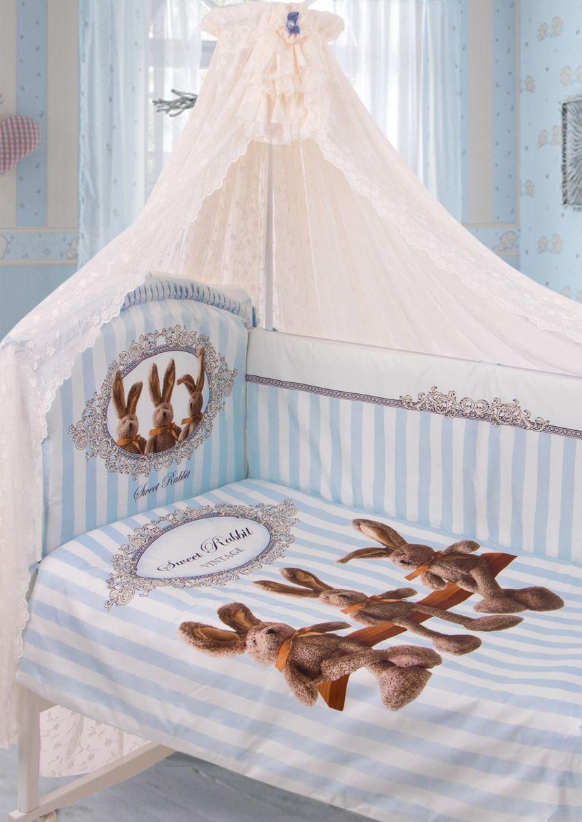 Золотой Гусь Комплект белья в кроватку Sweet Rabbit 7 предметов цвет голубой 60 см x 120 см171Комплект в кроватку из 7 предметов. Выполнен из хлопка (сатин). Коллекция «ВИНТАЖ». Уникальный дизайн комплекта сделает комнату малыша неповторимой. Цифровой рисунок на ткани устойчив к стирке и глажению изделия. В комплект входит: Балдахин из гипюра с винтажной брошью на бархатной ленточке, одеяло, пододеяльник на молнии декорирован печатным рисунком , подушка, наволочка, бампер из 4-х частей с завязками (чехол на молнии) декорирован рисунком и бантиками, простыня на резинке непромокаемая. Фирменная крафт-коробка служит достойным оформлением комплекта. Рекомендован на детскую кроватку 120х60