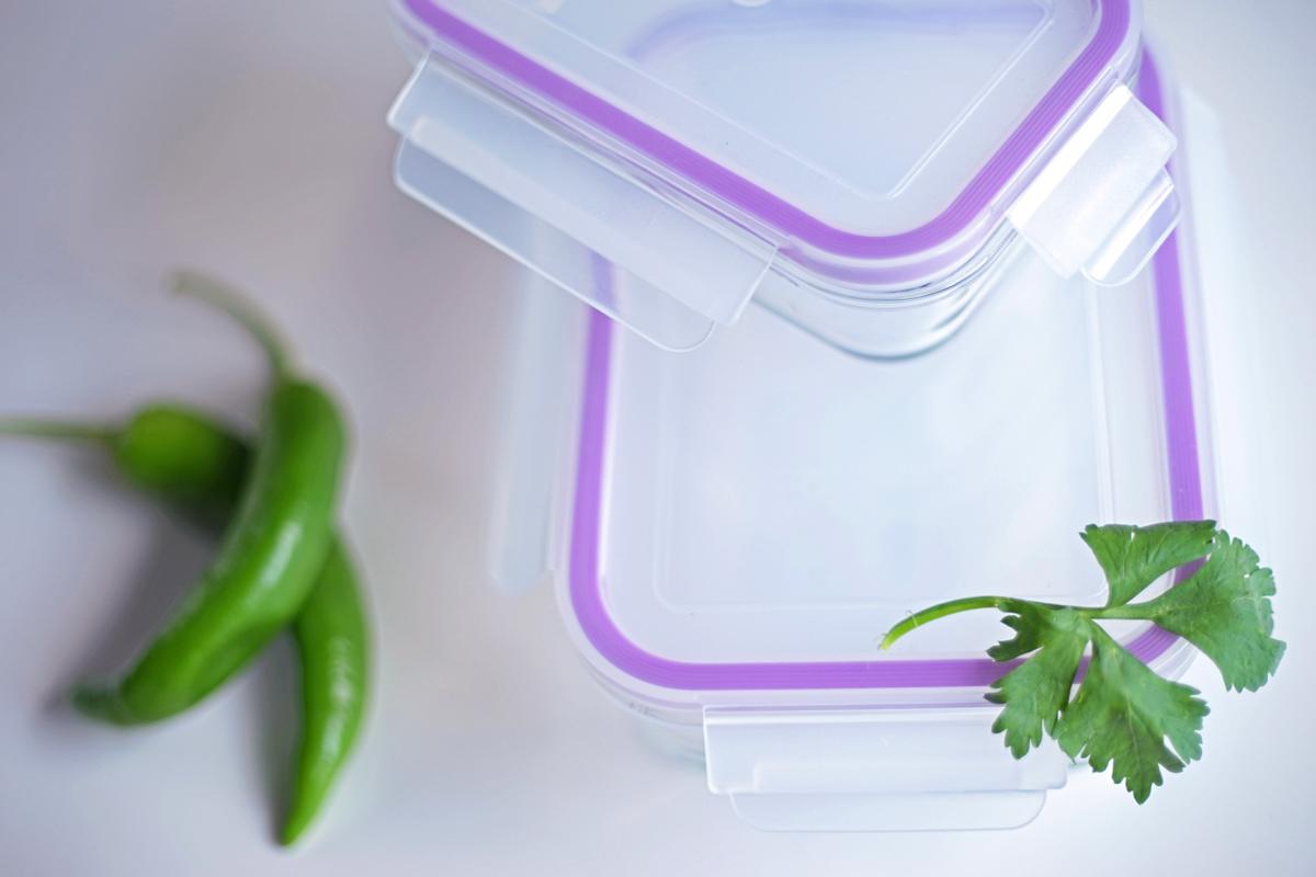 Набор контейнеров пищевых Eley, цвет: баклажан, 2 штELSTH003PНабор прямоугольных пищевых контейнеров Eley выполнен из жаропрочного боросиликатного стекла.Особенности: Контейнеры подходят для использования в микроволновой печи и духовке (без крышки);Подходят для использования в холодильнике и морозильной камере;Подходят для использования в посудомоечной машине; Можно использовать как формы для запекания (до +400 С).Крышки Air Lock изготовлены из полипропилена и оснащены силиконовым уплотнителем, для обеспечения полной герметичности внутри контейнеров.В крышки встроены вентиляционные клапаны для удобства использования в холодильных и морозильных камерах. Объем контейнеров: 400, 800 мл.