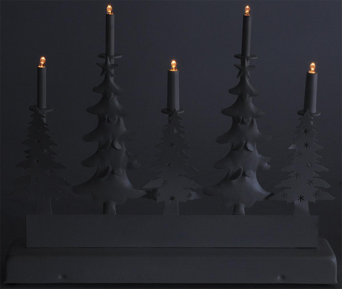 """Украшение декоративное новогоднее B&H """"Металлическая горка. Елки"""" применяется для  декорирования помещений, окон, витрин и других объектов.  Питание - от батареек 3 х АА (не  входят в комплект поставки). Блок питания снабжен таймером, который автоматически  выключает питание через 6 часов и включается снова через 18 часов. Для включения изделия  необходимо передвинуть переключатель ON/OFF, расположенный на блоке питания, в положение  ON. Через 6 часов изделие выключится самостоятельно.  Украшение предназначено  для использования внутри помещений и представляет собой оригинальную композицию ламп на  столбцах и елочками.  Светодиодное изделие создаст праздничную атмосферу и наполнит  ваш дом радостью и позитивной энергией.  5 светодиодов.   Цвет свечения: теплый белый.  Размер: 31,5 x 26 x 5,5 см."""