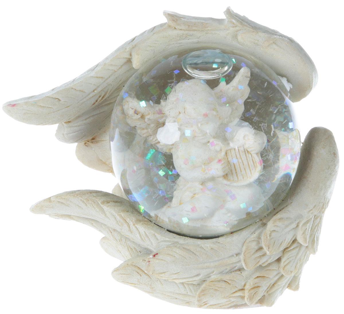 Сувенир-водяной шар B&H Ангел, 7,5 x 4,5 x 6,5 смBH1221Новогодний сувенир-водяной шар Ангел прекрасно подойдет для праздничного декора вашего дома. Сувенир выполнен в виде водяного шара. Шар представляет собой прозрачную сферу с безопасной и нетоксичной жидкостью, внутри которой расположена фигурка Ангела. Шар помещен на подставку, выполненную из полистоуна в форме крыльев. Если потрясти фигурку, то маленькие снежинки придут в движение, создавая имитацию снегопада. Такая фигурка поможет вам украсить дом в преддверии Нового года, а также станет приятным подарком, который надолго сохранит память этого волшебного времени года.