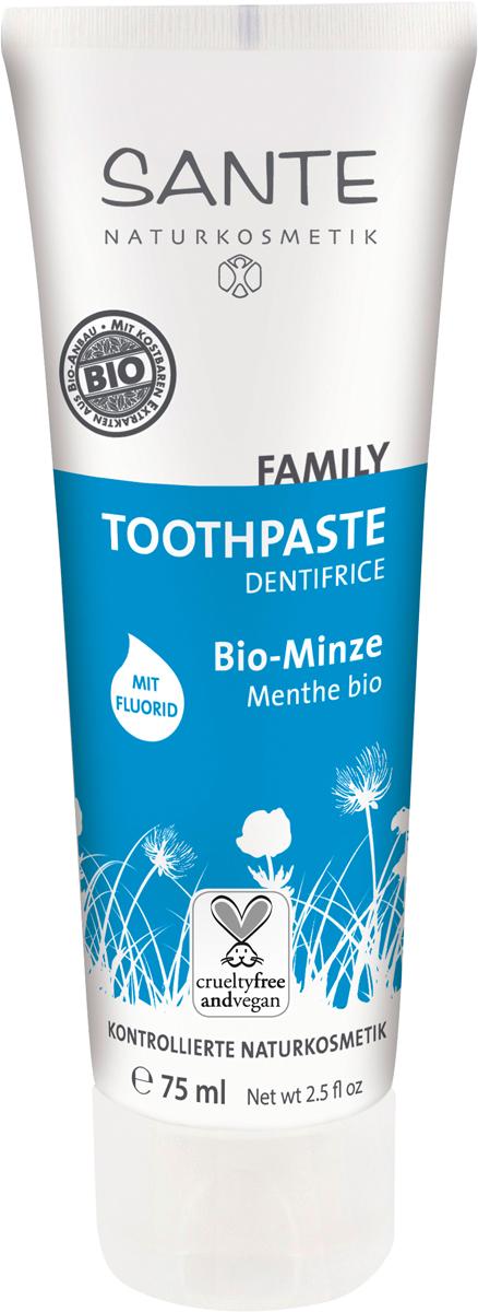 Sante Family Зубная паста с Мятой и Фтором, 75 мл44006Укрепляет зубы и защищает дёсны. Зубная паста со свежим ароматом мяты понравится всей семье. Природный минерал диоксид кремния и морская соль тщательно очищают зубы, не повреждая эмаль. Ксилит борется с образованием зубного камня, уменьшая количество кислоты в полости рта, предотвращает чувствительность зубов. Органический экстракт шалфея успокаивает, снимает воспаление и укрепляет дёсны. Масло перечной мяты действует как антисептик и освежает дыхание. Паста содержит фтор в безопасной и эффективной концентрации — 1200 ppm, который предотвращает появление кариеса.Натуральность продукта подтверждена международным сертификатом NATRUE. Не содержит SLS и другие продукты переработки нефтехимии.
