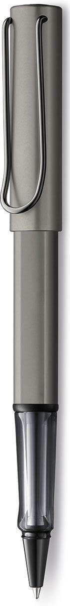 Lamy Lux Ручка-роллер 357 M63 черная цвет корпуса рутений4031637Люксовая версия культовой модели LAMY safari под названием LAMY Lx (Лами Люкс).Заглушки на корпусе и колпачке, а также клип покрыты ценным рутением.Корпус и колпачок из анодированного алюминия. Эргономичный хват, позволяющий пальцам принять правильное положение при письме,изготовлен из полупрозрачного пластика. Металлический клип на колпачке напоминает по форме канцелярскую скрепку. Лазерная гравировка.Чернильный роллер пишет мягко и почти без нажима - подобно перьевой ручке, но прост в обращении, как шариковая, т.к. при письме чернилаподаются на бумагу с помощью шарика на конце стержня. Используется со стержнями LAMY М63.Комплектация: Подарочный футляр-тубус из анодированного алюминия в цвет ручки.Дизайн: Вольфганг ФабианИстория бренда LAMY насчитывает более 80-ти лет, а его философия заключается в слогане Дизайн. Сделано в Германии. Компания получилаболее 100 самых престижных дизайнерских наград. Все пишущие инструменты LAMY производятся на фабрике в Гейдельберге (Германия).