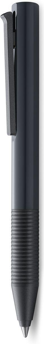 LAMY tipo (337) Быстрый клип Чернильный роллер без колпачка. Пишет мягко и почти без нажима - подобно перьевой ручке, но прост в обращении, как шариковая, т.к. при письме чернила подаются на бумагу с помощью шарика на конце стержня. Быстро приводится в готовность к письму благодаря уникальному механизму активации с помощью клипа. Корпус из блестящего пластика. Детали из матового черного пластика. Используется со стержнем LAMY M66  Поставляется в подарочной коробке. Дизайн: Вольфганг Фабиан История бренда Lamy насчитывает более 80-ти лет, а его философия заключается в слогане Дизайн. Сделано в Германии. Компания получила более 100 самых престижных дизайнерских наград. Все пишущие инструменты Lamy производятся на фабрике в Гейдельберге (Германия).