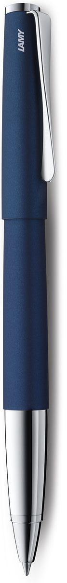 Lamy Studio Ручка-роллер 367 M63 черная цвет корпуса синий4001215Необычный клип в форме лопасти – визитная карточка модельного ряда LAMY studio. Классические линии корпуса в обрамлении хромированных деталей делают эти пишущие инструменты очень гармоничными. Слегка утолщенный корпус удобно лежит в руке. Металлические корпус и колпачок. Покрытие корпуса – матовый синий лак. Чернильный роллер пишет мягко и почти без нажима - подобно перьевой ручке, но прост в обращении, как шариковая, т.к. при письме чернила подаются на бумагу с помощью шарика на конце стержня. Используется со стержнями LAMY М63. Комплектация: подарочный футляр, гарантийная карточка, буклет. Дизайн: Ханнес Веттштайн История бренда LAMY насчитывает более 80-ти лет, а его философия заключается в слогане Дизайн. Сделано в Германии. Компания получила более 100 самых престижных дизайнерских наград. Все пишущие инструменты LAMY производятся на фабрике в Гейдельберге (Германия).