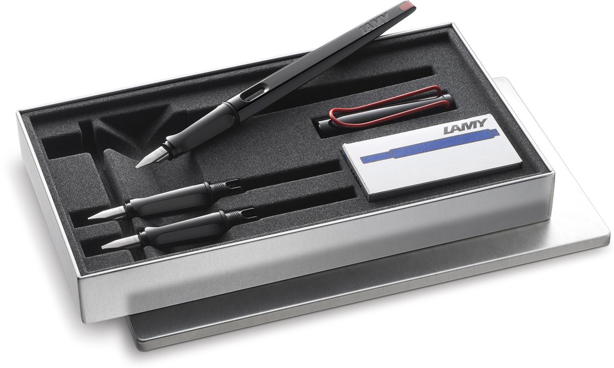 Lamy Joy Комплект ручка перьевая 015 запасные перья картридж цвет корпуса черный красный4029788LAMY joy black, Комплект. Перьевая ручка для каллиграфии и креативного письма. Удлиненный корпус создает идеальный баланс при письме. Плоское перо позволяет добиваться чередования толщины линии и делает почерк выразительным как при повседневном письме, так и при написании писем, поздравлений, приглашений и т.п.Выполнена из прочного блестящего пластика. Эргономичный хват, позволяющий пальцам принять правильное положение при письме. Металлический клип на колпачке напоминает по форме канцелярскую скрепку.Окошко на корпусе позволяет контролировать расход чернил. Стальное плоское заменяемое перо 1,5мм. Перьевая ручка используется с чернильными картриджами LAMY T10 или с конвертером LAMY Z28 для заправки чернилами из флакона LAMY T51 или LAMY T52. Комплектация: Подарочная металлическая коробка, два дополнительных пишущих узла с размерами перьев 1,1 мм и 1,9 мм, упаковка с пятью чернильными картриджами черного цвета LAMY T10, инструкция. Дизайн: Вольфганг Фабиан История бренда LAMY насчитывает более 80-ти лет, а его философия заключается в слогане Дизайн. Сделано в Германии. Компания получила более 100 самых престижных дизайнерских наград. Все пишущие инструменты LAMY производятся на фабрике в Гейдельберге (Германия).