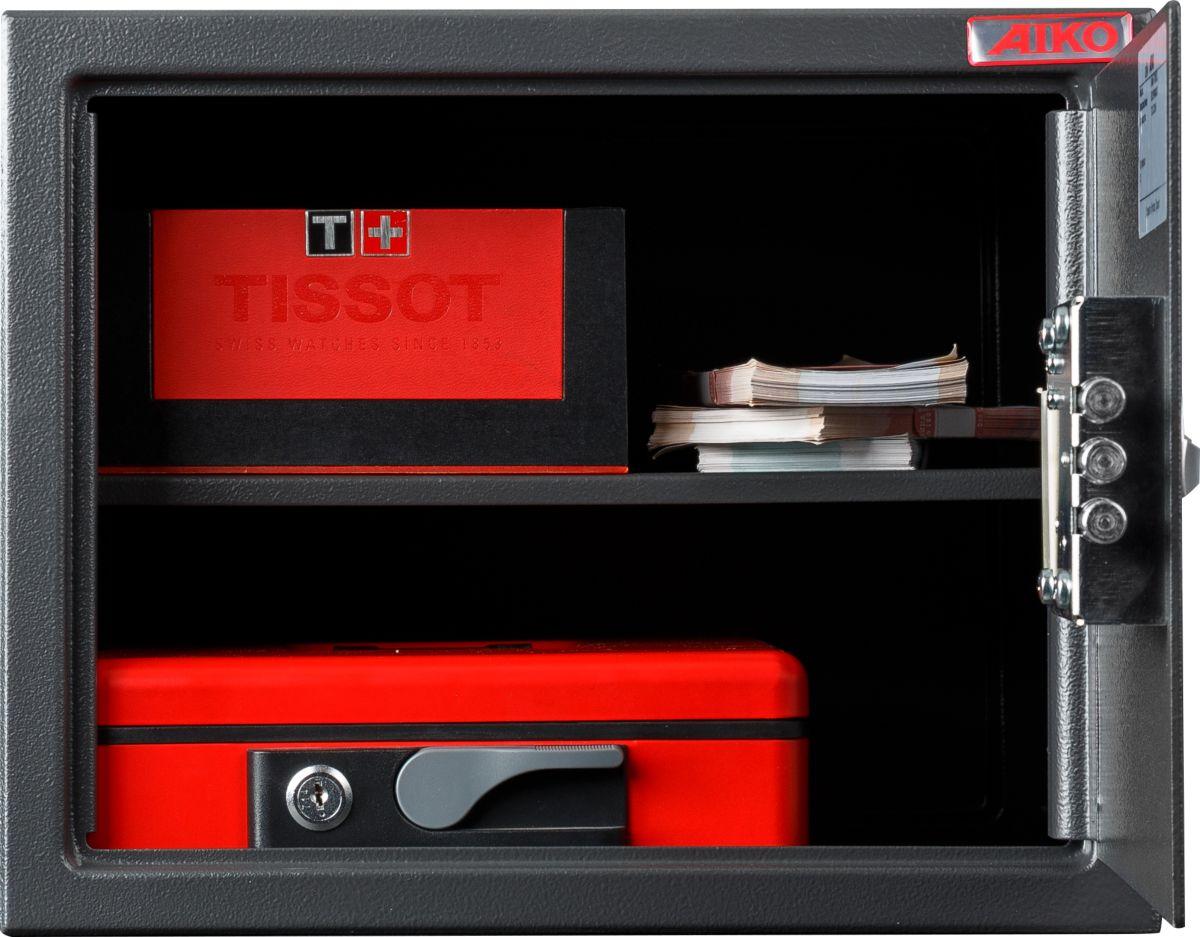 Сейф Aiko T-280 ELS10399212414Сейф Aiko T-280 EL - усиленный металлический ящик для защиты от несанкционированного доступа к особо ценным вещам, оружию, документам.Его прочная сварная конструкция из стали толщиной 1,2 мм с усиленной дверцей, толщина лицевой панели которой 2,8 мм, запирающейся кодовым электронным замком PLS-3 (Россия) с защитой от подбора кода и функцией аварийного открывания с помощью мастер-ключа - прослужит вам очень долго.Замок работает с кодовыми комбинациями из 4-6 цифр, его питание осуществляется отбатареек класса Корона (9В, класс 6LF22). В зависимости от интенсивности эксплуатации, заряда заменяемых элементов питания хватает, примерно, на год-полтора. Встроенная индикация сигнализирует о падении напряжения в рабочей системе. Доступ к батарейкам осуществляется с наружной стороны дверцы. Память замка не зависти от заряда батареи и рабочий код не сбрасывается.Поверхность сейфа покрыта износостойким порошковым покрытием. Так же, конструкционно предусмотрена возможность анкерного крепления сейфа к стене. Сейфы линии Aiko целиком отвечают требованиям МВД РФ к хранению короткоствольного оружия и сертифицированы на устойчивость к взлому по стандарту ГОСТ Р 50862-2005.