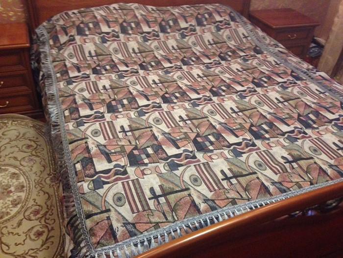 Покрывало МарТекс, 210 х 230 см. 05-0296-405-0296-4Гобеленовые полотна для покрывал изготавливаются из качественного хлопка, с добавлением полиэстера. Ткань очень плотная, прочная, отлично сохраняет форму и в то же время мягкая и приятная на ощупь. Пестрый рисунок достигается путем переплетения нитей разных цветов, а не путем окрашивания готового полотна.Состав гобелена для повышения износостойких качеств производители добавляют до 50% полиэстера. Достоинства:- экологичность. Преобладание натуральных волокон в составе гобеленового полотна позволяет обеспечить покрывалу хорошую воздухопроницаемость, гигроскопичность и достойные гигиенические свойства. - простота ухода. Покрывало не требует частых стирок, не боится солнечного света, не выцветает и не линяет;- не требует подкладки и уплотнителя. Ткань сама по себе достаточно жесткая, хорошо держит форму и помогает сгладить неровности;- износостойкость. Долговечность обеспечивает особая техника плетения нитей, а добавление синтетических волокон помогает увеличить срок службы изделия.Покрывала из гобелена благодаря своей пестроте материал сам по себе не нуждается в частой стирке.Состав: 50%хлопок, 50% полиэстер, Уход: стирка 30градусов в деликатном режиме, глажка в режиме хлопка.
