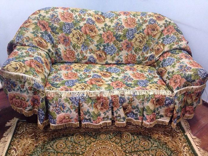 Набор чехлов для дивана и кресел МарТекс Флора, 3 предмета. 05-030105-0301Гобеленовые полотна для покрывал изготавливаются из качественного хлопка, с добавлением полиэстера. Ткань очень плотная, прочная, отлично сохраняет форму и в то же время мягкая и приятная на ощупь. Пестрый рисунок достигается путем переплетения нитей разных цветов, а не путем окрашивания готового полотна. Состав гобелена для повышения износостойких качеств производители добавляют до 50% полиэстера. Достоинства: - экологичность. Преобладание натуральных волокон в составе гобеленового полотна позволяет обеспечить покрывалу хорошую воздухопроницаемость, гигроскопичность и достойные гигиенические свойства.- простота ухода. Покрывало не требует частых стирок, не боится солнечного света, не выцветает и не линяет; - не требует подкладки и уплотнителя. Ткань сама по себе достаточно жесткая, хорошо держит форму и помогает сгладить неровности; - износостойкость. Долговечность обеспечивает особая техника плетения нитей, а добавление синтетических волокон помогает увеличить срок службы изделия. Покрывала из гобелена благодаря своей пестроте материал сам по себе не нуждается в частой стирке. Состав: 50%хлопок, 50% полиэстер,Уход: стирка 30градусов в деликатном режиме, глажка в режиме хлопка.