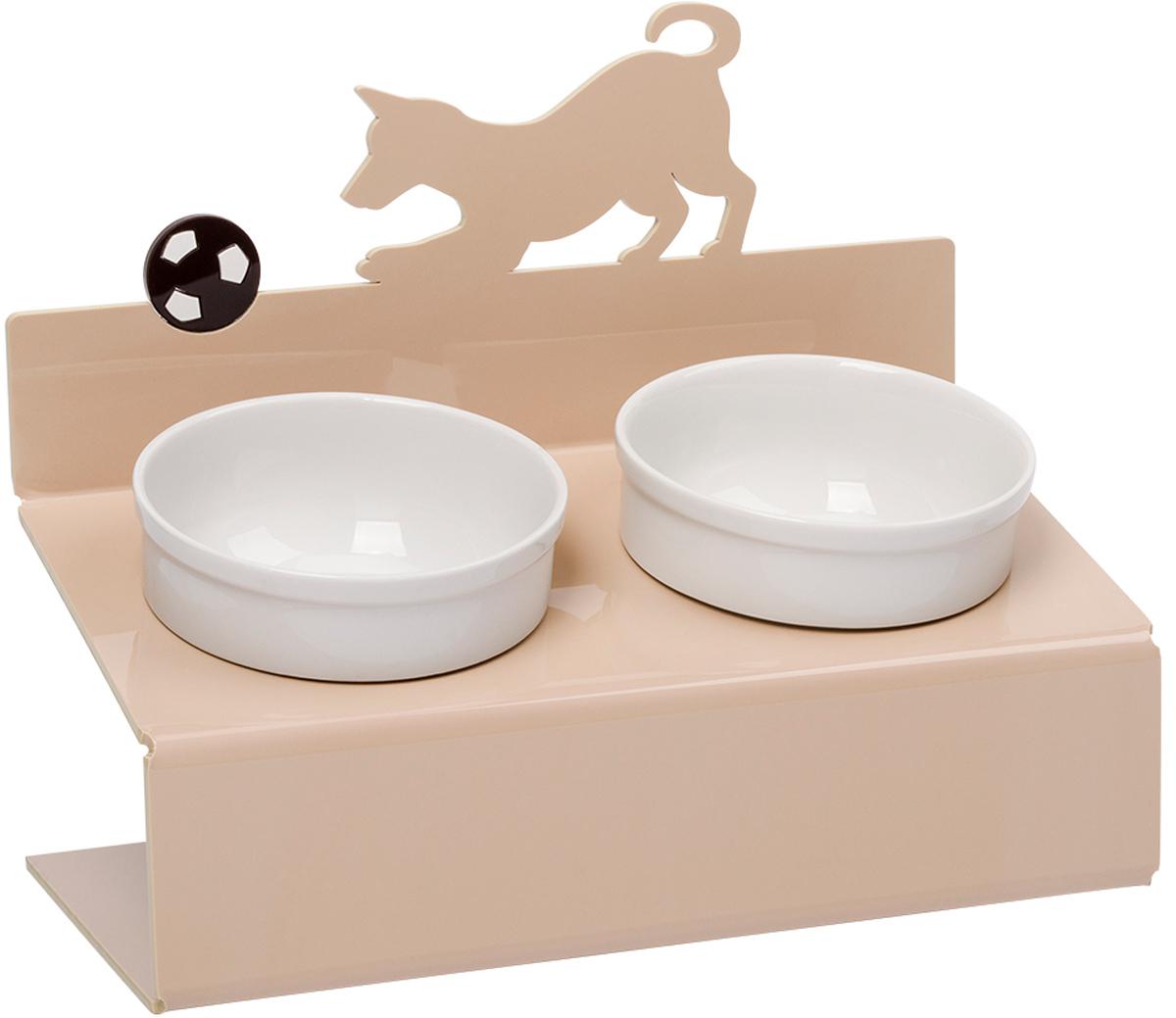 Миска для животных Artmiska Собака и мяч, двойная, на подставке, цвет: кремовый, 2 x 350 мл11043 оранжеваяАртМиска - фарфоровые миски на уникальной подставке с наклоном, созданные специально для кошек и собак мелких пород. Высота подставки и угол ее наклона максимально обеспечивают правильное положение тела кошки или собаки при кормлении. При этом возникает намного меньшее напряжение на шейно-грудной отдел, передние конечности и суставы. Миски, поднятые на подставках нужны как молодым, так и пожилым животным. Использование АртМиски минимизирует количество воздуха, которое попадает в желудок животного во время проглатывания корма, что в свою очередь приводит к лучшему пищеварению, помогает предотвратить срыгивание и рвоту. Оптимальная высота и угол наклона подставки, форма и объем миски эффективно снижают разбрасывание корма домашним питомцем. С АртМиской вы все реже будете видеть корм на полу после каждого кормления вашего питомца. Противоскользящие ножки обеспечивают неподвижность подставки на любой поверхности пола. Оригинальные сюжеты, яркие цвета - АртМиска органически впишется в любой интерьер - классический, современный, хай-тек или модерн, и будет долго радовать ваш глаз. АртМиска подходит для всех кошек и собак мелких пород - той-терьер, шпиц, йоркширский терьер, карликовый пинчер, чихуахуа и другие. Мы уверены - Artmiska станет лучшим подарком для вашего четвероногого друга! Подставка: материал - акриловый пластик - отличная стойкость к ударам, поверхность не задерживает загрязнений и легко чистится, не вызывает аллергии, не выцветает со временем; размер (ДхШхВ) - 30х15,5х25 см. Миска съемная: материал - фарфор; можно использовать в микроволновой печи и посудомоечной машине; диаметр - 12 см., объем 350 мл х 2шт. Кремовый цвет подставки великолепно сочетается с коричневым, салатовым и другими цветами интерьера. Товар защищен патентом РФ.