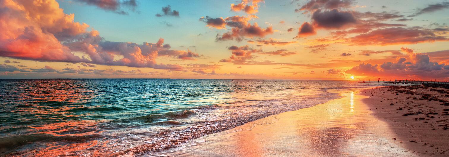 Картина на стекле Postermarket Закат на побережье, 33 x 95 смAG 33-14Догорает летний день. Солнце медленно опускается к горизонту. Оно уже не такое обжигающее и слепящее, как днем, а мягко пригревает теплыми вечерними лучами. Природа замирает, почти не слышны гул машин и гомон людских голосов, становится все тише и тише.Диск солнца окрашивается в ярко-оранжевый цвет и становится тем больше, чем ближе опускается к земле. Теперь солнце подсвечивает облака на небе снизу, и они приобретают легкий розоватый оттенок.
