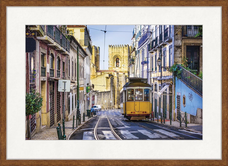 Картина Postermarket Трамвай в Лиссабоне, 50 x 70 смED-01Лиссабон относится к древнейшим городам Португалии. Город просто пропитан стариной. В нем много монастырей и крепостей, церквей и замков, строительство которых велось в течение нескольких веков и, конечно же, музеев. Поэтому туристы очень любят сюда приезжать. Осавьте частичку Португалии у себя дома!