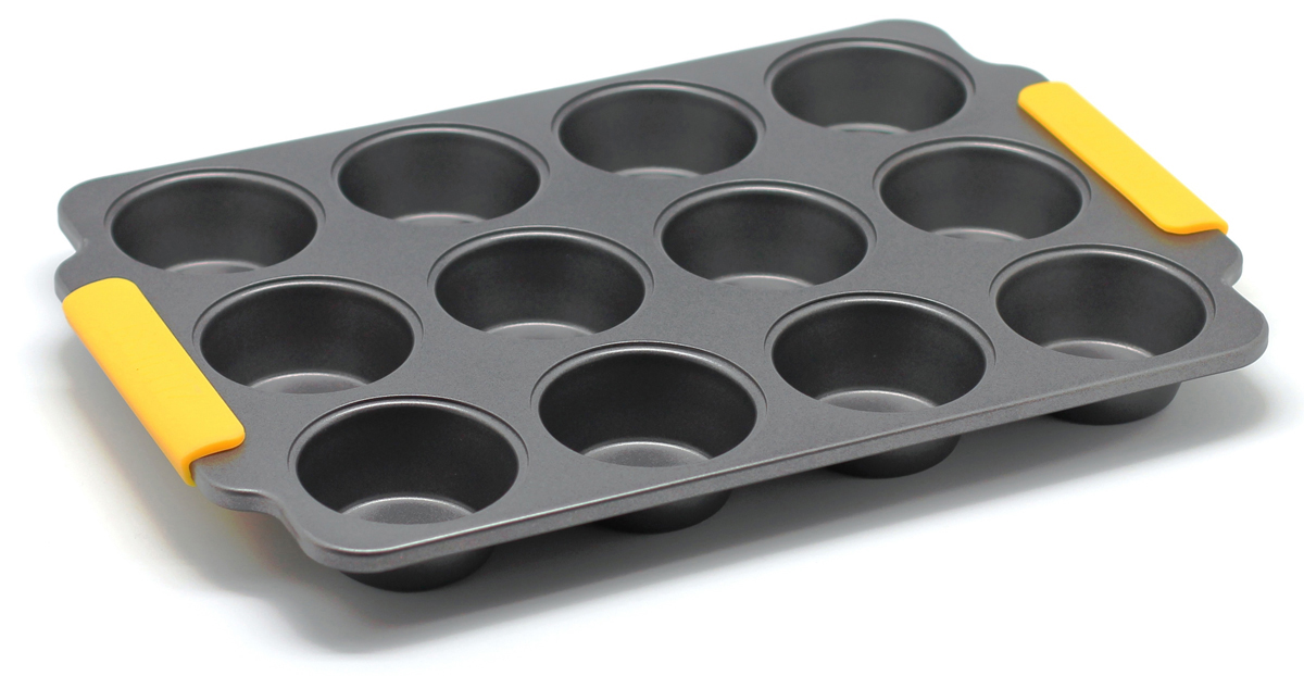 Форма для выпечки маффинов Zanussi Amalfi, 12 ячеек, цвет: черный. ZAC35413CFZAC35413CFФорма для выпечки маффинов Zanussi Amalfi является хорошим приобретением любой хозяйки. Изделия выполнено из толстой углеродистой стали. Отличительной особенностью серии являются силиконовые ручки на изделии, благодаря которым вам не придется пользоваться дополнительными средствами для вытаскивания формы из духовки. Форма имеет антипригарное покрытие и утолщенные стенки, которые гарантируют равномерное пропекание изделия. Можно использовать в духовке до 230°С. Главное преимущество стальных форм - это абсолютная химическая нейтральность и экологичность.