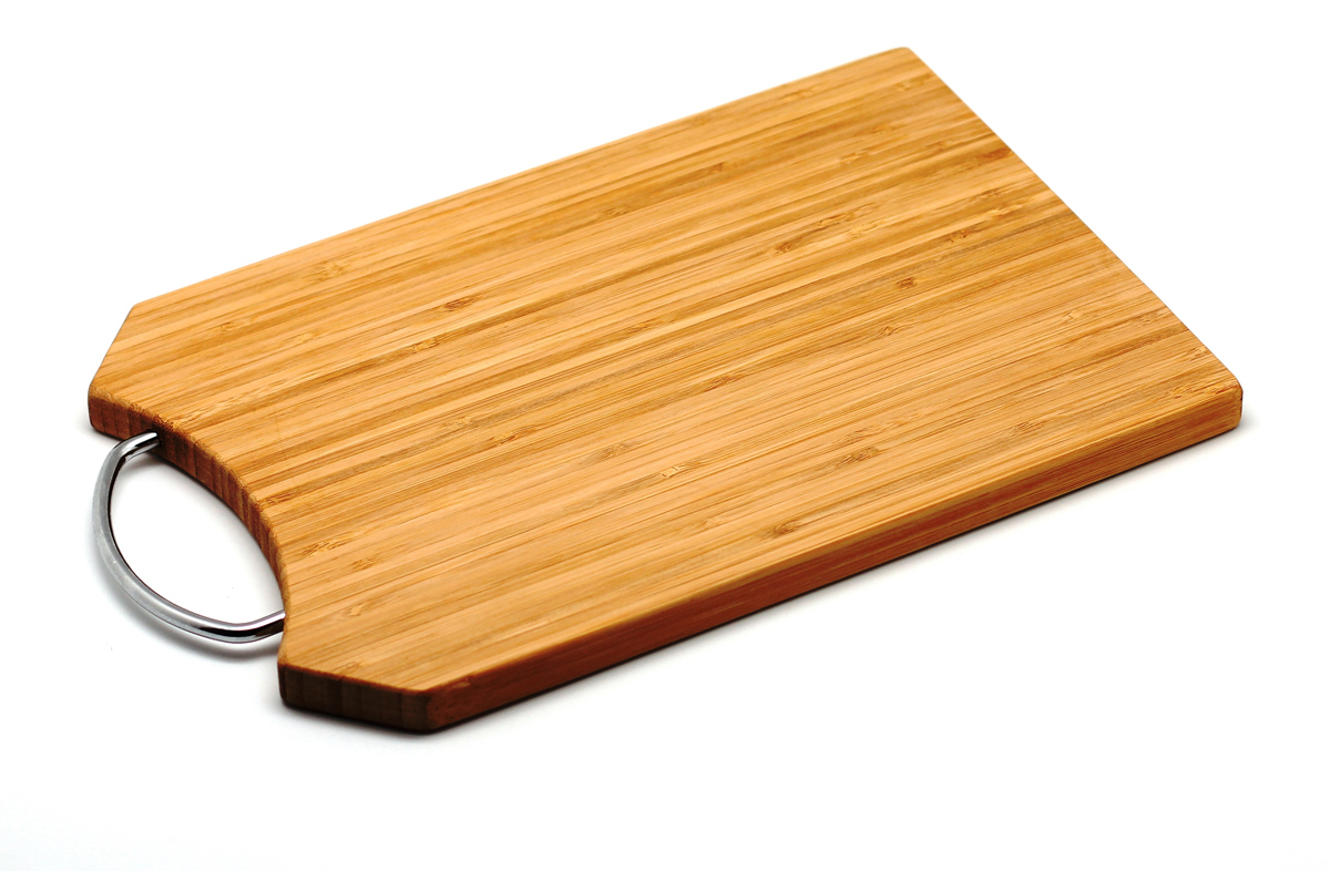 Доска разделочная Hans & Gretchen из бамбука, 20,5 х 31,5 х 1,5 см. 28AR-200428AR-2004Прямоугольная разделочная доска из бамбука с металлической ручкойобладает рядом преимуществ, которые можно оценить уже при первом использовании.Изготовленная из бамбука, доска отличается долговечностью, большой прочностью и высокой плотностью, легко моется, не впитывает запахи и обладает водоотталкивающими свойствами, при длительном использовании не деформируется.Разделочная доска из бамбука выполнена на высоком уровне, она удовлетворит все запросы самой требовательной хозяйки!Рекомендации: очищать сразу после использования;просушивать после мытья;не использовать при высокой температуре. Характеристики:Страна: Германия. Материал:бамбук. Размер: 20,5 см x 31,5 см x 1,5 см. Артикул:28AR-2004