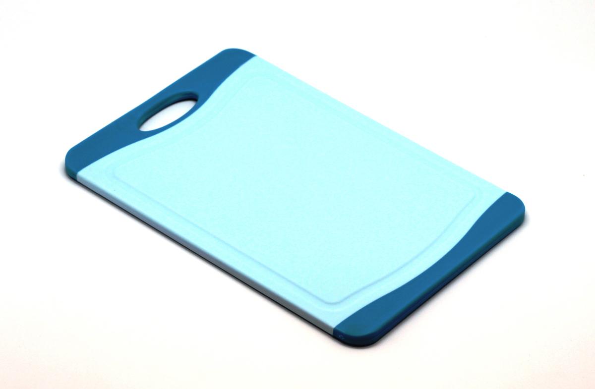 Доска разделочная Atlantis Microban 29х20см, цвет: голубой F-S-BF-S-BКухонная доска от Atlantis прямоугольной формы с контрастными синими вставками, выполненная из пластика, обладает целым рядом преимуществ, а именно: удобная ручка; не скользит по поверхности стола; можно использовать обе стороны доски; непористая поверхность; можно мыть в посудомоечной машине; не впитывает запах продуктов; ножи не затупляются при использовании. Доска обработана специальным покрытием Microban. Покрытие Microban - самое надежное в мире средство для защиты от бактерий, грибков, плесени и запахов. Действует постоянно, даже после мытья, обеспечивая большую защиту доски. Антибактериальная защитаработает на протяжении всего срока службы разделочной доски. Характеристики: Артикул: F-M-B. Страна:Китай. Размер: 29 см х 20 см х 1 см. Материал: пластик.