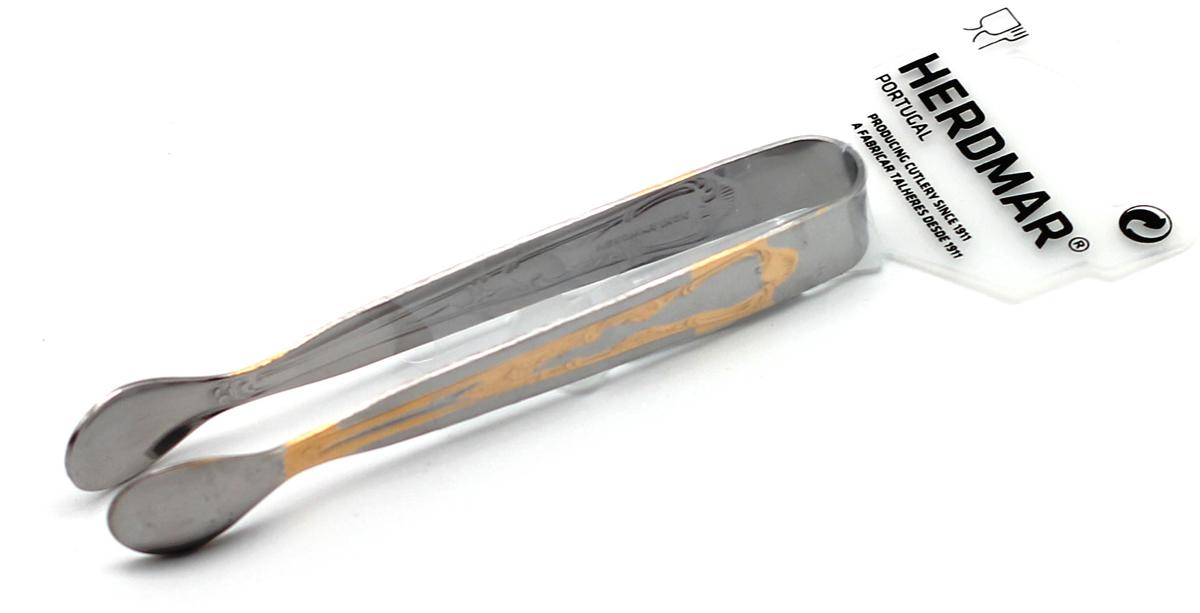 Щипцы для сахара Herdma Samba Gold, цвет: серебристый02040350400M01 SAMBA -2Щипцы для сахара Samba Gold выполнены из нержавеющей стали и оформлены фигурной штамповкой с золотой отделкой. Традиции португальской фирмы Herdmar относятся ко временам почти вековой давности. Начиная с 1911 года, основателем компании является Мануэль Маркес, и вот уже третье поколение его семьи руководит компанией.Столовые приборы фирмы Herdmar популярны во всем мире не только благодаря дизайну и функциональности, но и высочайшему качеству. Самое яркое впечатление от работ Herdmar это - ощущение целостности, уравновешенности, гармонии его произведений и совершенства их форм.Хромоникелевые сплавы (18% хрома и 10% никеля), применяемые фирмой Herdmar, используются для производства приборов с гарантией их длительной эксплуатации, а также с антикоррозийными свойствами. Весь процесс производства столовых приборов, начиная с выбора сырья и заканчивая упаковкой, подвержен строгому контролю, который включает в себя как электронный контроль, обеспечивающий точность форм, размеров, качество обработки поверхности, так ивизуальный. Каждый прибор обязательно имеет фирменное клеймо, являющееся гарантией качества.Изделия Herdmar не требуют особой осторожности при эксплуатации и их можно мыть в профессиональных посудомоечных машинах. Значительное внимание в своей деятельности компания уделяет маркетинговым исследованиям, привлекаются лучшие специалисты для разработки новых технологий, форм и дизайна приборов. Характеристики: Длина прибора: 11 см. Материал:нержавеющая сталь. Производитель:Португалия. Артикул:02040350400M01.
