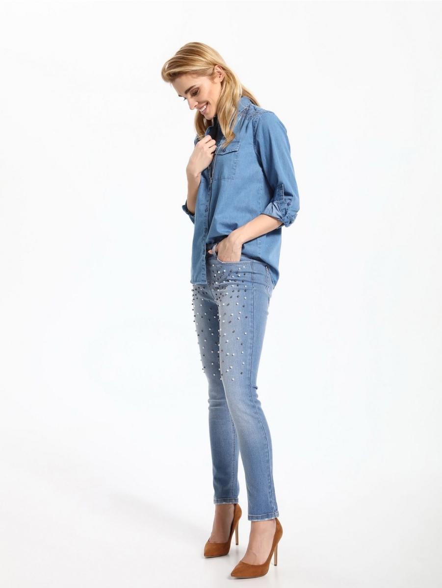 Джинсы женские Top Secret, цвет: синий. SSP2517NI. Размер 38 (46)SSP2517NIСтильные женские джинсы Top Secret выполнены из хлопка с добавлением эластана. Материал мягкий и приятный на ощупь, не сковывает движения и позволяет коже дышать. Джинсы-скинни со средней посадкой застегиваются на пуговицу в поясе и ширинку на застежке-молнии. На поясе предусмотрены шлевки для ремня. Спереди модель дополнена двумя втачными карманами и одним накладным кармашком, сзади - двумя накладными карманами. Модель спереди расшита бусинами.